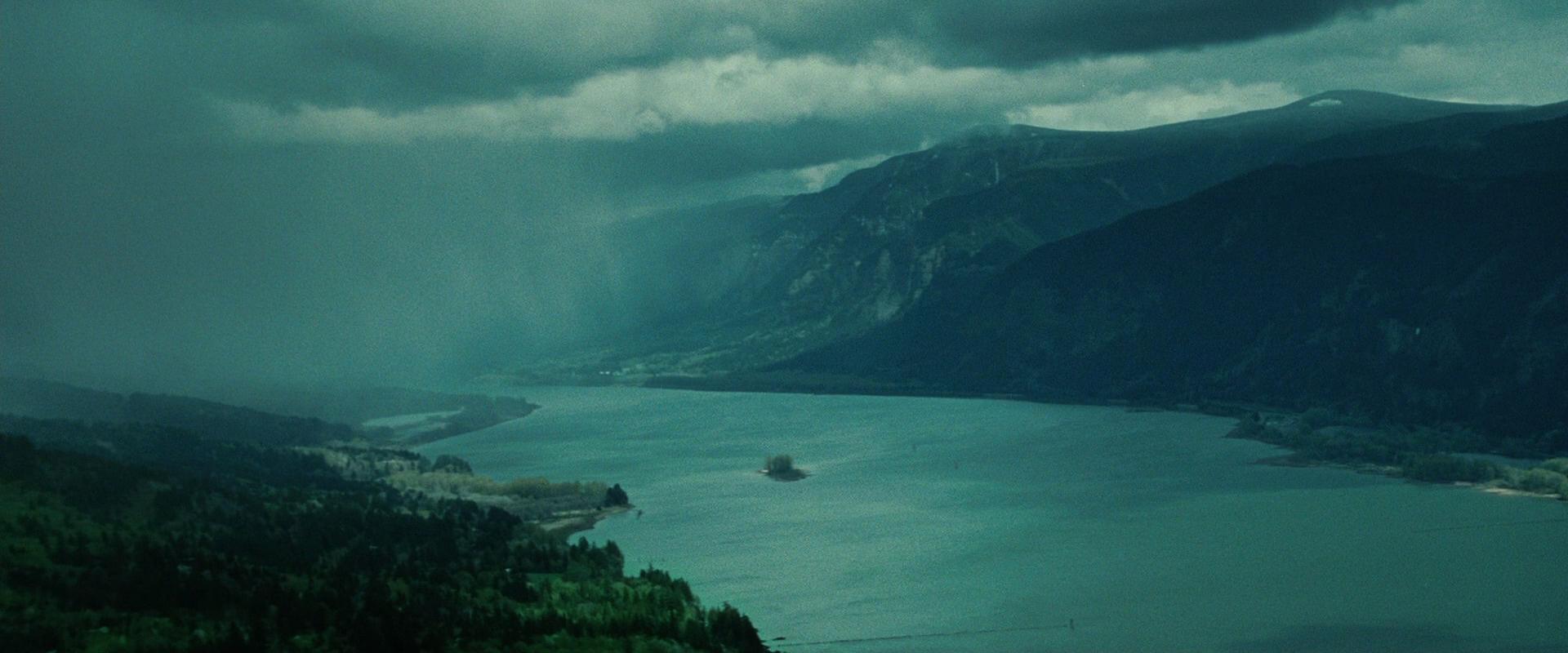 туманные облака нависают над раскинувшимися красотами