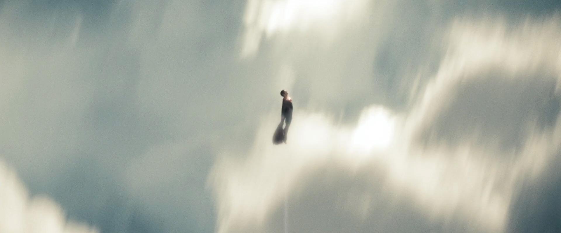 человек из стали местами полёт супермена очень изящен