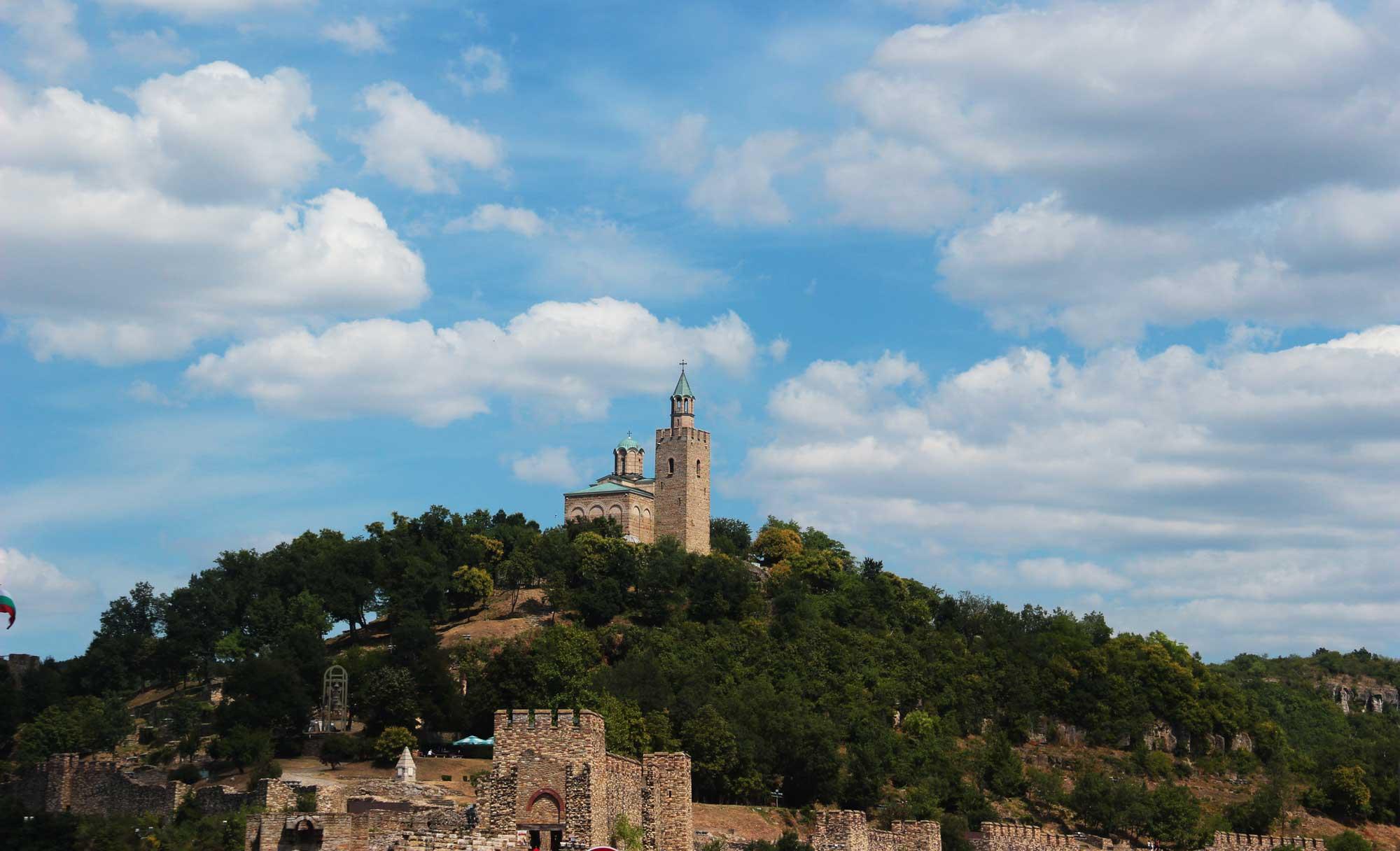 холм царевец с одноимённой крепостью