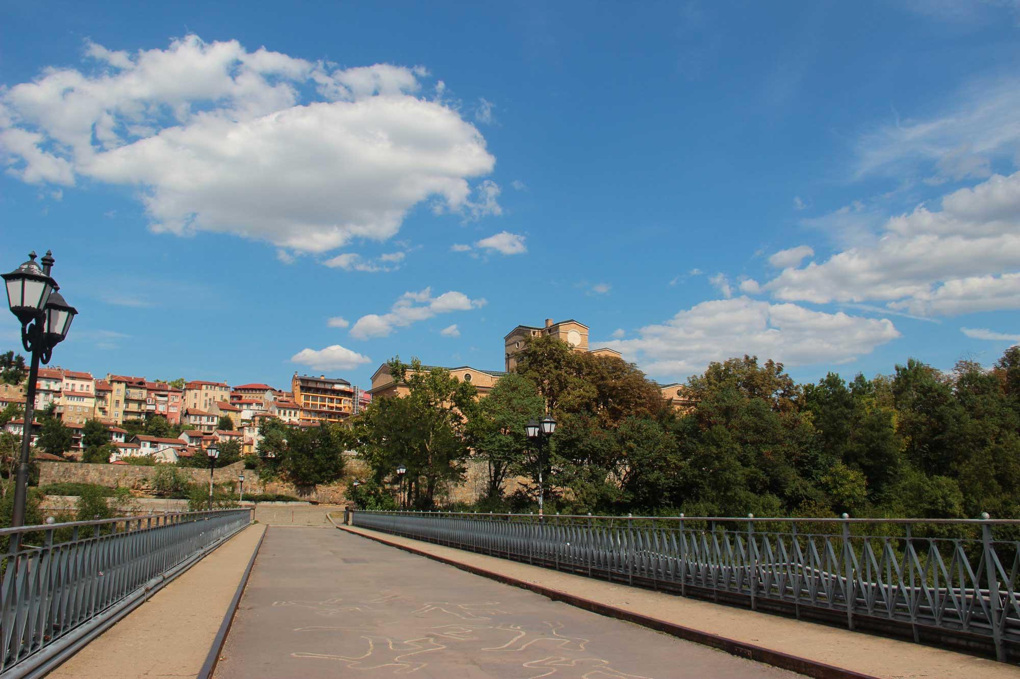 красочный мост через реку тырново