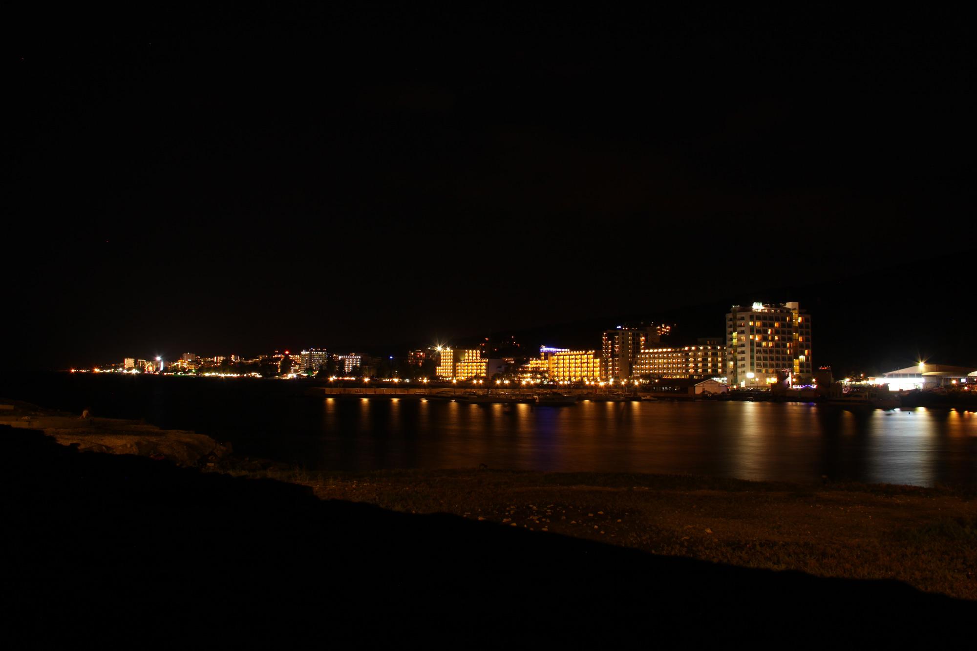 ночной вид на побережье золотые пески