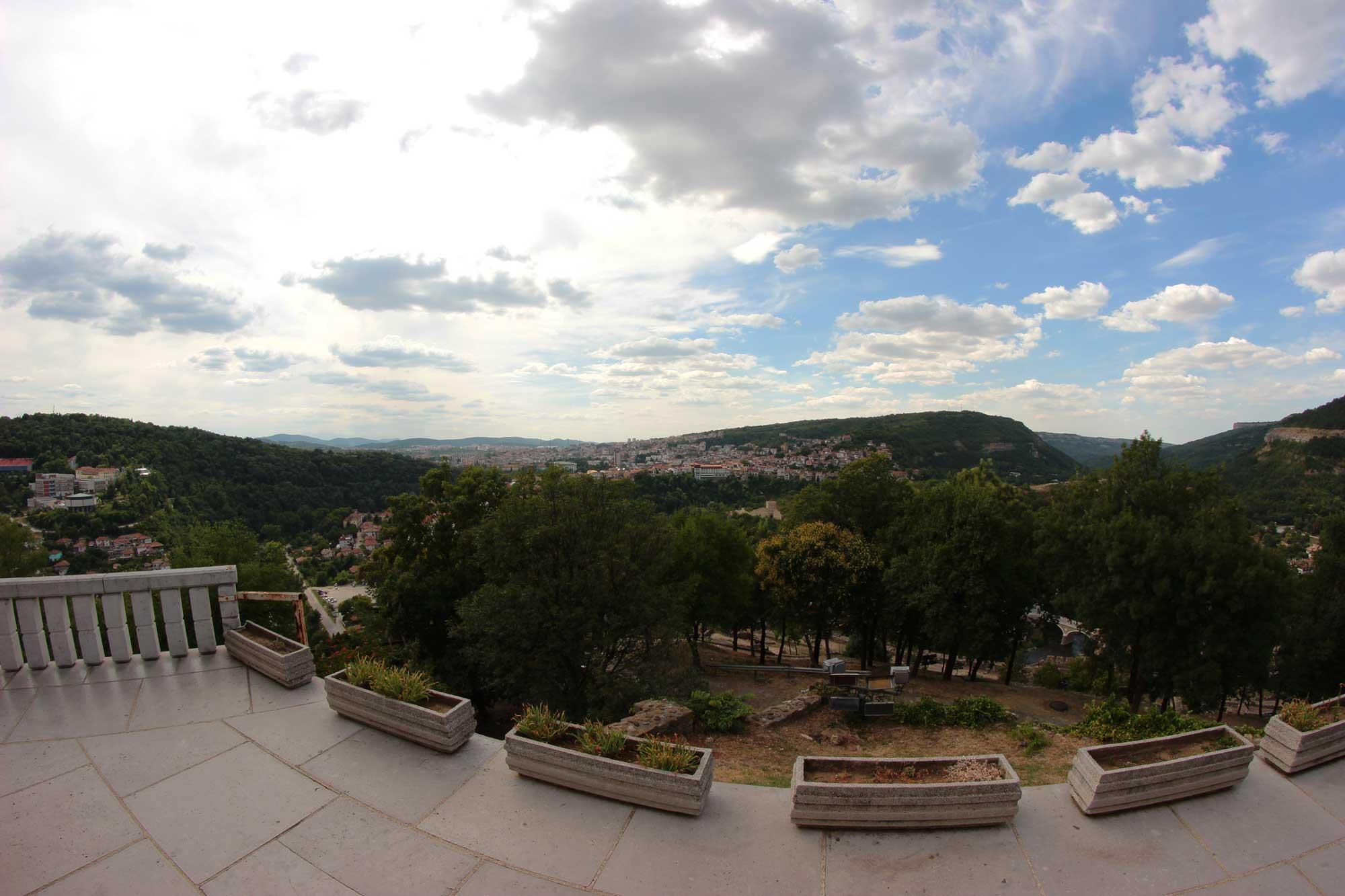 панорамный вид на город с холма царевец