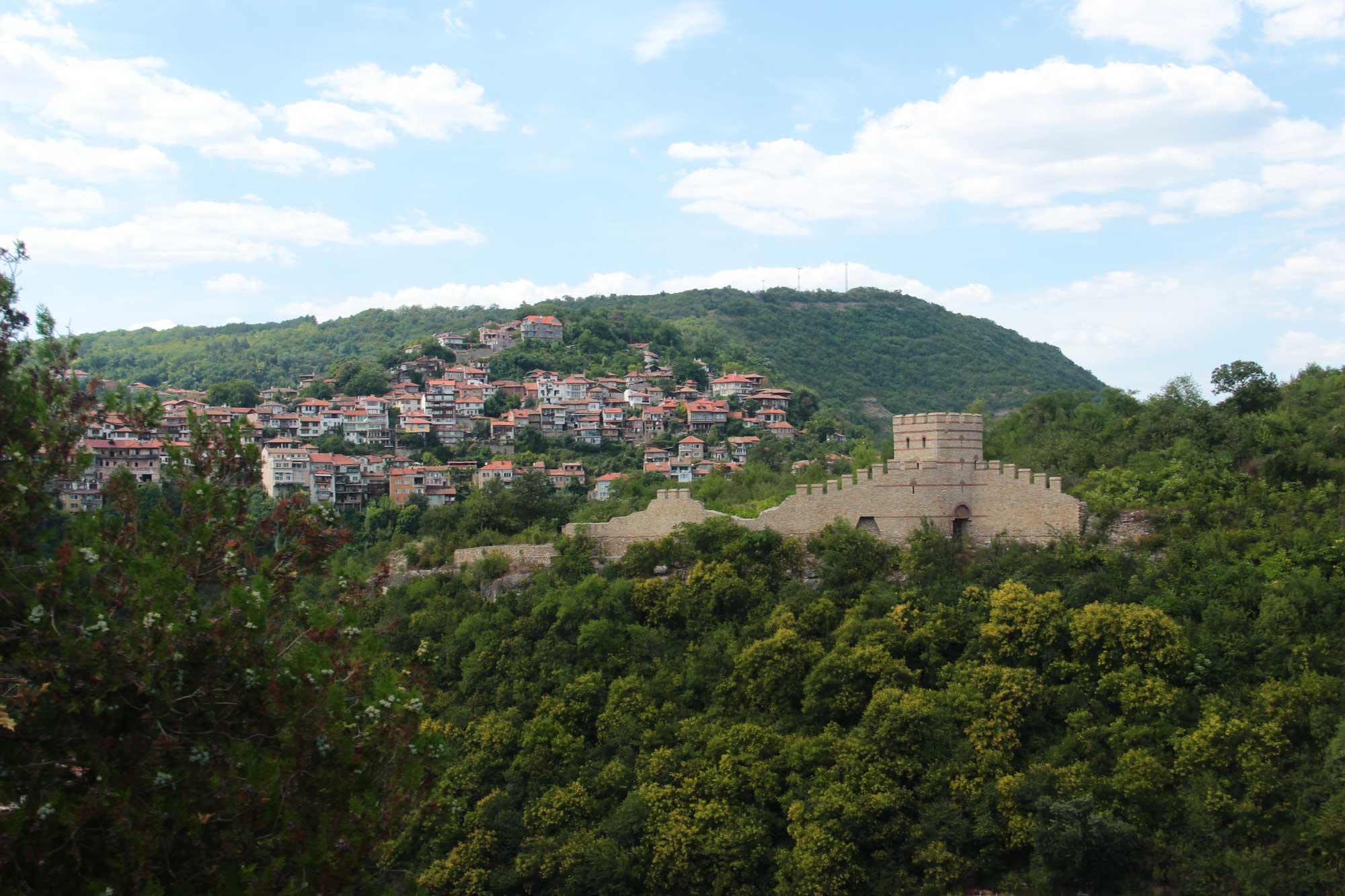 повсюду остатки городских стен и укреплений