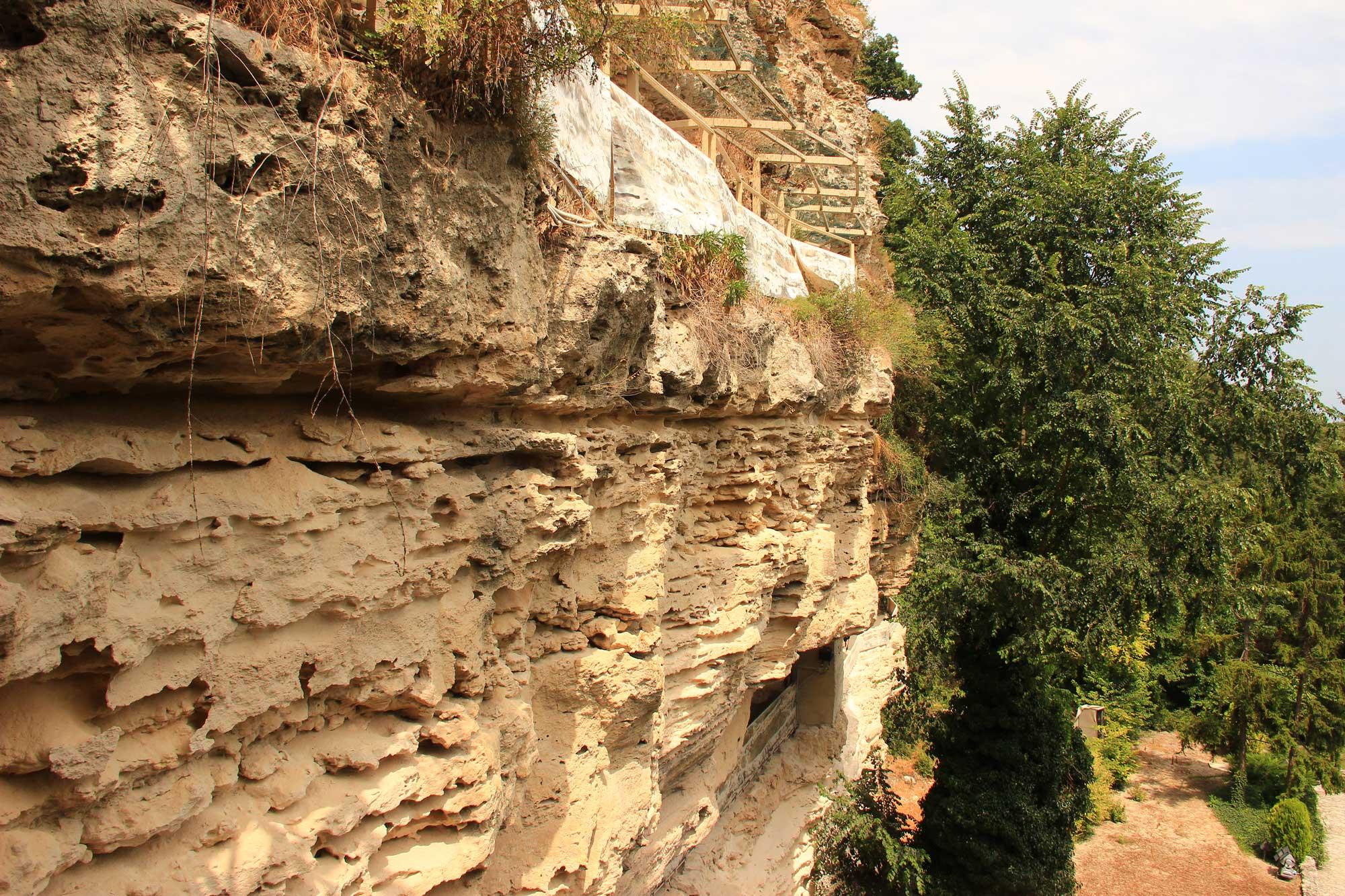 вид на скальный монастырь сбоку не восхищает