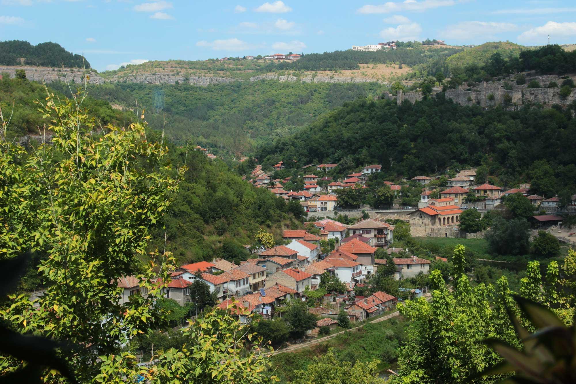 вид на старинный городок велико тырново