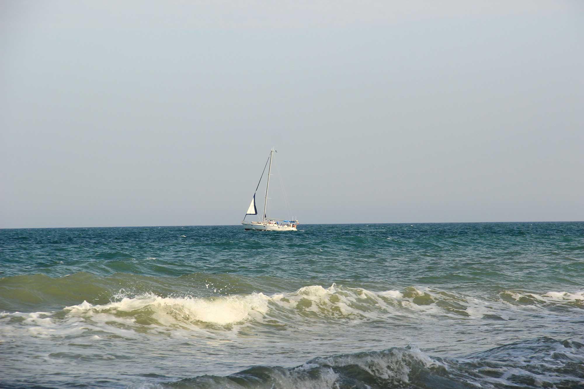 яхта и ласковое море